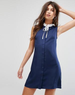 Fashion Union Цельнокройное платье без рукавов с плиссированным воротником и завязко. Цвет: темно-синий