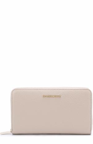 Кожаное портмоне на молнии с логотипом бренда Coccinelle. Цвет: кремовый