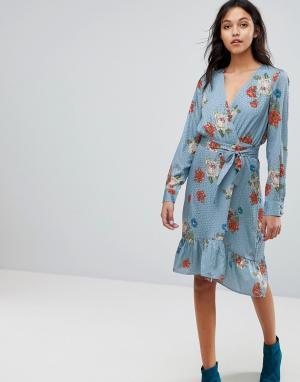 Gestuz Платье с запахом и цветочным принтом. Цвет: синий