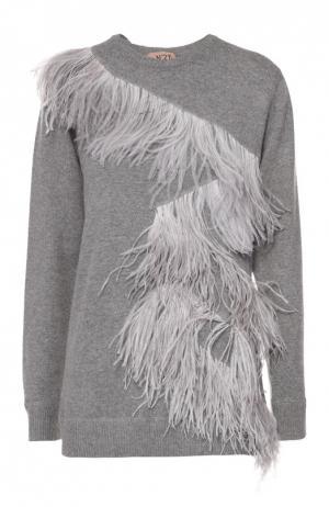 Пуловер свободного кроя с отделкой из перьев No. 21. Цвет: светло-серый
