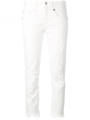 Укороченные джинсы с рваной отделкой R13. Цвет: белый