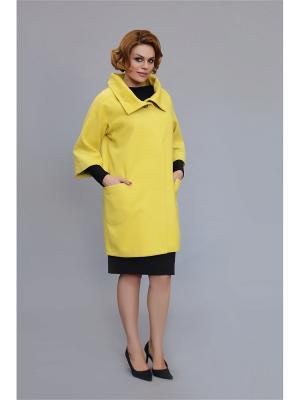 Пальто VIVO. Цвет: желтый