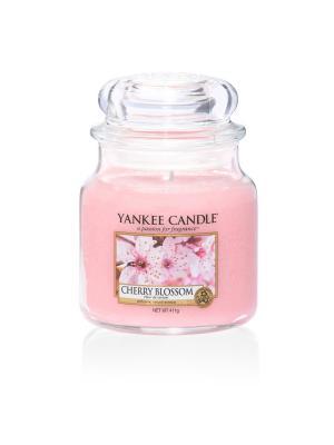 Свеча средняя в стеклянной банке Цветущая вишня Cherry Blossom 411 гр / 65-90 часов YANKEE CANDLE. Цвет: розовый