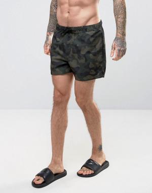 ASOS Короткие шорты для плавания с камуфляжным принтом. Цвет: зеленый