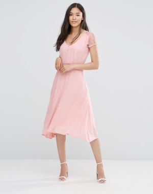 Soaked in Luxury Розовое платье с кружевными рукавами. Цвет: розовый
