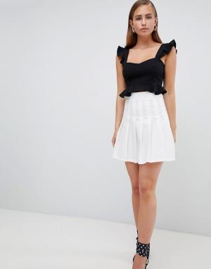 PrettyLittleThing Плиссированная мини-юбка. Цвет: белый