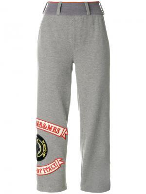 Укороченные спортивные брюки с нашивками Mr & Mrs Italy. Цвет: серый