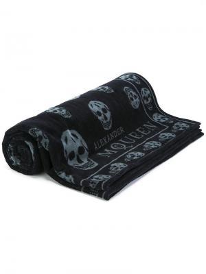 Пляжное полотенце с черепами Alexander McQueen. Цвет: синий