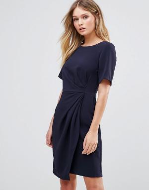 Closet London Платье с короткими рукавами, запахом на юбке и складками. Цвет: темно-синий