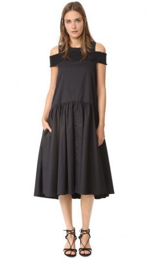 Платье с открытыми плечами и присборенной резинкой Tibi. Цвет: голубой