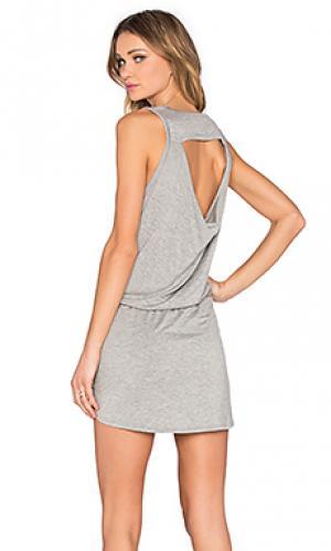 Мини платье с драпировкой на спине Chaser. Цвет: серый