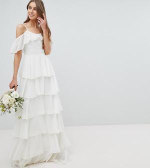 Amelia Rose Tall Ярусное платье макси с вырезами на плечах. Цвет: белый