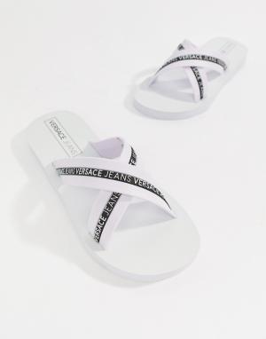Versace Jeans Белые шлепанцы с перекрещенными ремешками и логотипом. Цвет: белый