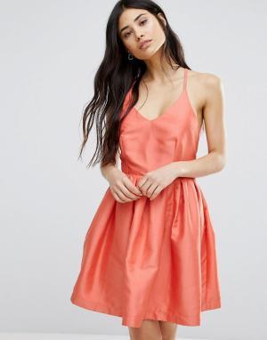 Girls on Film Приталенное платье для выпускного со свободной юбкой. Цвет: оранжевый