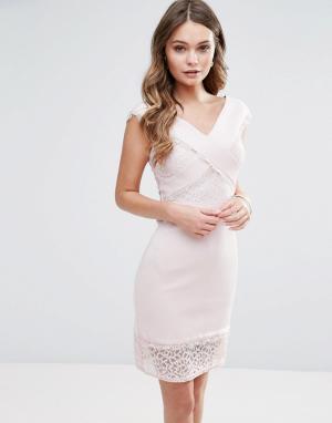 Lipsy Платье-футляр с перекрестной отделкой и кружевом. Цвет: розовый