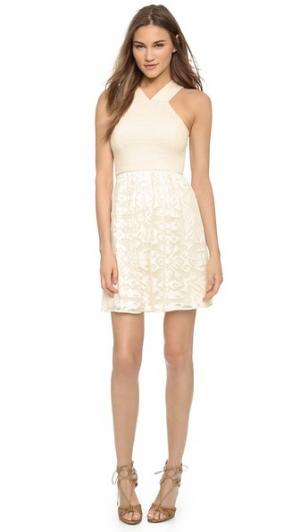 Кокетливое кружевное платье 4.collective. Цвет: розовая ракушка