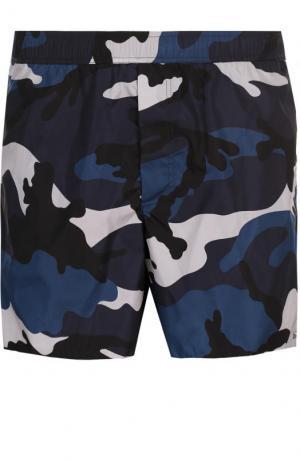 Плавки-шорты с камуфляжным принтом Valentino. Цвет: синий