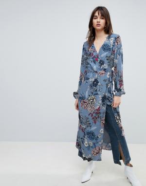 Gestuz Платье миди с цветочным принтом и запахом. Цвет: синий