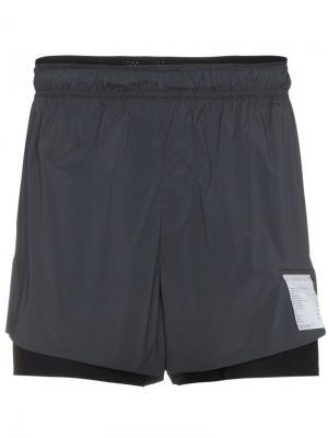 Многослойные шорты Satisfy. Цвет: серый