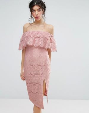 Love Triangle Кружевное платье с открытыми плечами и высоким разрезом. Цвет: розовый