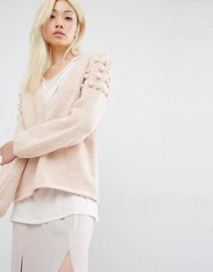 Oneon Джемпер ручной вязки с глубоким вырезом и помпонами на плечах. Цвет: розовый