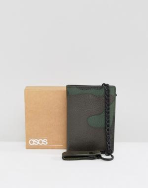 ASOS Кожаный бумажник с камуфляжным принтом и цепочкой. Цвет: зеленый