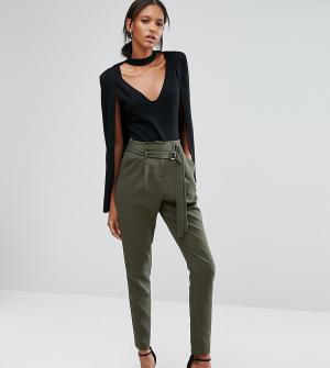 Lavish Alice Tall Суженные книзу брюки с двойной пряжкой. Цвет: зеленый