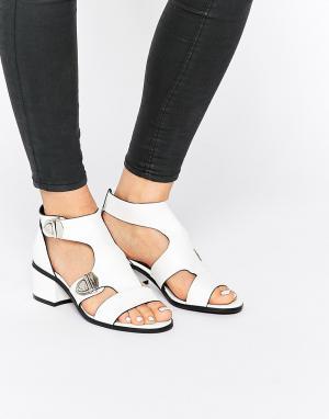 Eeight Белые сандалии с пряжками Salma. Цвет: белый