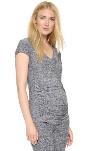 Легкая футболка для беременных с V-образным вырезом и размытым рисунком Beyond Yoga. Цвет: черный/белый