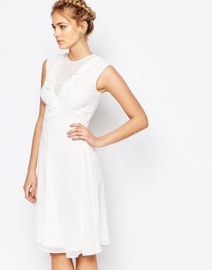 Elise Ryan Приталенное платье миди с оборкой. Цвет: белый