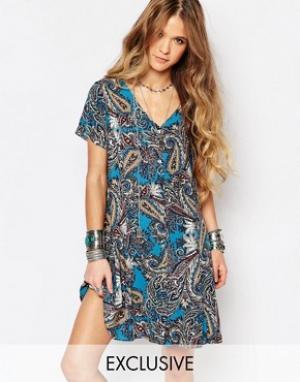 Reclaimed Vintage Платье с V-образным вырезом и принтом пейсли. Цвет: синий