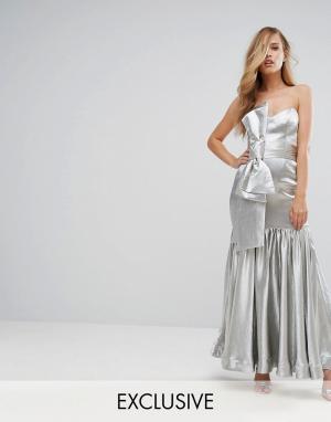 Fame and Partners Приталенное платье макси с бантом. Цвет: серебряный