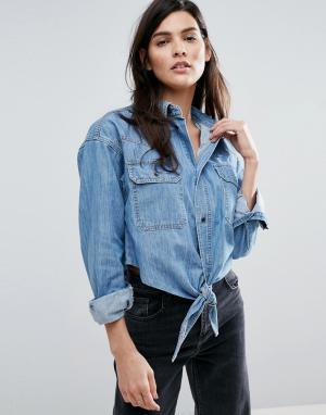 ASOS Выбеленная джинсовая рубашка бойфренда с завязкой спереди. Цвет: синий