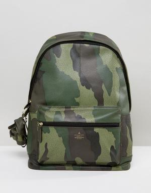 ASOS Кожаный рюкзак с камуфляжным принтом и брелоком. Цвет: зеленый