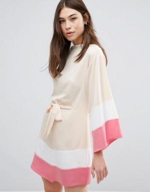 Hedonia Платье с широкими рукавами и ремнем. Цвет: розовый