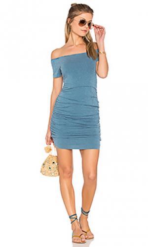 Платье с открытыми плечами SUNDRY. Цвет: синий