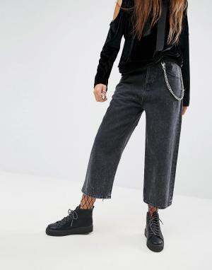 ASOS Черные укороченные джинсы с эффектом кислотной стирки и цепочкой. Цвет: черный
