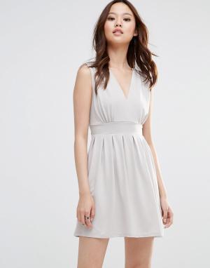 Wal G Платье с глубоким вырезом. Цвет: бежевый