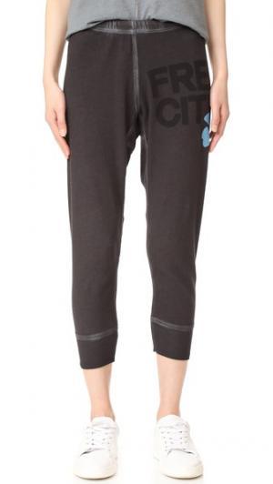 Спортивные брюки  до середины голени FREECITY. Цвет: кратер