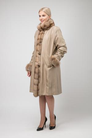 Длинное пальто на меху для зимы с отделкой из соболя Santini. Цвет: бежевый