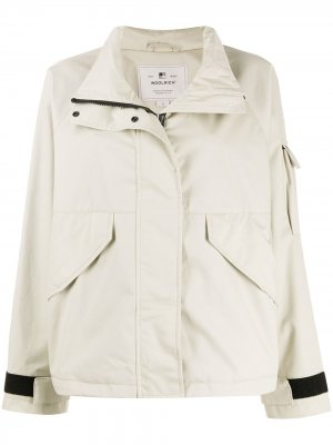 Короткая куртка с воротником-воронкой Woolrich. Цвет: нейтральные цвета