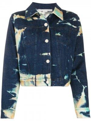Укороченная джинсовая куртка с принтом тай-дай Stella McCartney. Цвет: синий