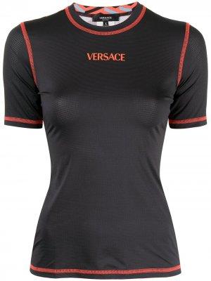 Футболка с контрастной строчкой и логотипом Versace. Цвет: черный