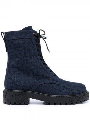 Джинсовые ботинки с узором Gancini Salvatore Ferragamo. Цвет: синий