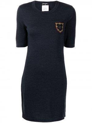 Платье с короткими рукавами и нашивкой-логотипом Chanel Pre-Owned. Цвет: синий