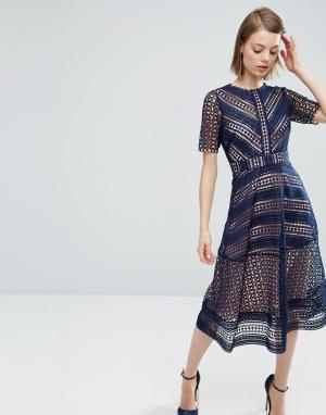 Нарядное кружевное платье миди ASOS Premium DESIGN. Цвет: темно-синий