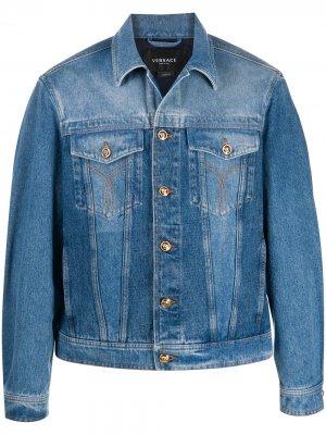Джинсовая куртка с вышитым логотипом Versace. Цвет: синий