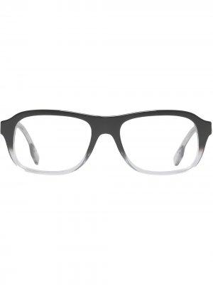Очки в квадратной оправе с эффектом градиент Burberry. Цвет: черный