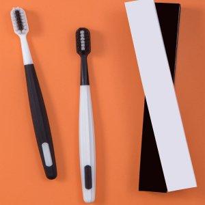 2шт Двухцветная зубная щетка SHEIN. Цвет: черный и белый