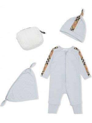 Комплект из комбинезона, шапки и нагрудника в клетку Burberry Kids. Цвет: синий